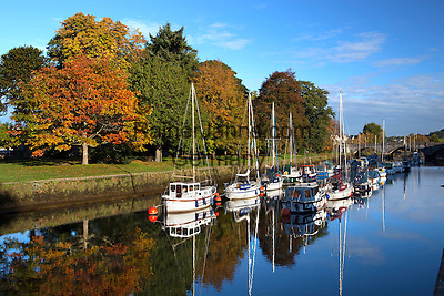 Great Britain, England, Devon, Totnes: Yachts moored along River Dart at Old Steamer Quay| Grossbritannien, England, Devon, Totnes: Yachten am Old Steamer Quay des River Dart