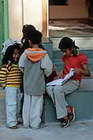 Asie/Inde/Rajasthan/Udaipur: Ecolières faisant leurs devoirs dans la rue aprés l'école