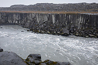 Fluss Jökulsá á Fjöllum in der Nähe des Dettifoss, Wasserfall auf Island, Wasserfall des Gletscherfluß, Gletscherfluss, Jökulsárgljúfur-Nationalpark, Schlucht Jökulsárgljúfur, im Nordosten Islands, waterfall in the north of Iceland