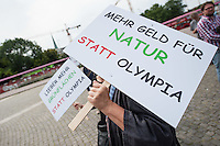 """Gegner einer Bewerbung fuer die Olympischen Spiele im Jahr 2024/2028 protestieren in Berlin.<br /> Das """"Buendnis NOlympia"""" protestierte mit Plakaten und Transparenten vor dem Roten Rathaus gegen die geplante Bewerbung der Stadt als Austragungsort der Olympiade im Jahr 2024 oder 2028. Sie forderten stattdessen einen Nulltarif im Oeffentlichen Nahverkehr, mehr Geld fuer Bildung, Naturschutz und die Foerderung des Breitensports.<br /> Ein als Berliner Baer verkleideter Demonstrant trug bei der Aktion ein Plakat mit dem Konterfei des symbolisch erlegten Baeren aus der NOlympia-Kampagne im Jahr 1992/1993, als die Stadt sich schon einmal als Austragungsort beworben hatte. Die Bewerbung ist damals gescheitert.<br /> Als IOC-Vetrteter gekleidete Demonstranten nahmen symbolisch den Berliner Baeren fest und legten ihm Handschellen an, die aus den Olympischen Ringen geformt waren.<br /> 11.8.2014, Berlin<br /> Copyright: Christian-Ditsch.de<br /> [Inhaltsveraendernde Manipulation des Fotos nur nach ausdruecklicher Genehmigung des Fotografen. Vereinbarungen ueber Abtretung von Persoenlichkeitsrechten/Model Release der abgebildeten Person/Personen liegen nicht vor. NO MODEL RELEASE! Don't publish without copyright Christian-Ditsch.de, Veroeffentlichung nur mit Fotografennennung, sowie gegen Honorar, MwSt. und Beleg. Konto: I N G - D i B a, IBAN DE58500105175400192269, BIC INGDDEFFXXX, Kontakt: post@christian-ditsch.de<br /> Urhebervermerk wird gemaess Paragraph 13 UHG verlangt.]"""
