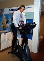20040214, Rotterdam, ABNAMRO WTT, Richard Krajicek werkt zich in her zweet op een fitnestrainer.