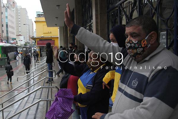 Campinas (SP), 21/08/2020 - Greve-SP - Os trabalhadores dos Correios fizeram uma carreata, na manhã desta sexta-feira (21), em Campinas. O protesto de nível nacional da categoria suspendeu serviços em agências de todo o país para protestar contra a privatização da estatal e a suspensão de direitos adquiridos. A carreta começou às 9h, em frente ao Centro de Entrega de Encomendas dos Correios, no Jardim do Lago, e seguiu até a agêncial central da estatal, no Centro de Campinas.