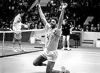 1991, Tennis, Rotterdam, ABNAMRO, Omar Camporese gaat juichend  op de knieen nadat hij Lendl in de finale heeft verslagen