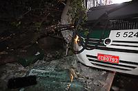 SÃO PAULO, SP, 31/07/2012, ACIDENTE AV. VILA EMA. Um onibus derrubou um poste na noite de ontem (31) na Av. Vila Ema nº 1.700. Segundo o motorista, um motociclista o teria fechado, ocasionando o acidente. Uma mulher ficou ferida e foi socorrida ao Hospital da V. Alpina. Toda região ficou sem energia eletrica, pois houve a queda de  um transformador. Luiz Guarnieri/ Brazil Photo Press.
