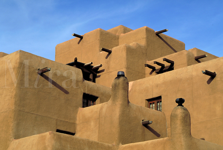 ARCHITECTURAL DETAIL OF AN ADOBE STYLE HOTEL IN SANTA FE. SANTA FE NEW MEXICO USA HOTEL.