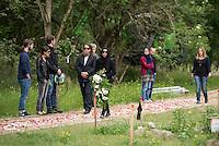 """Das """"Zentrum fuer Politische Schoenheit"""" liess am Dienstag den 16. Juni 2015 auf dem Muslimischen Teil des Friedhof in Berlin-Gatow eine Fluechtlingsfrau aus Syrien beerdigen, die mit ihrem Kind bei der Flucht ueber das Mittelmeer ertrunken ist. Ihr Kind konnte nicht geborgen werden, es ist im Mittelmeer verschollen.<br /> Die Frau wurde zuvor im Beisein von Angehoerigen in Suedeuropa exhumiert und durch ein Beerdigungsunternehmen nach Deutschland gebracht. Die Beerdigung fand unter dem Motto """"Die Toten kommen"""" statt und war die erste von insgesammt 10 geplanten Beerdigungen.<br /> Vor dem Grab waren 40 Stuehle fuer eingeladene Beerdigungs-Gaeste aufgestellt die jedoch leer blieben. Es waren die politisch Verantwortlichen der deutschen Asylpolitik geladen worden, die jedoch nicht erschienen.<br /> Das Zentrum fuer Politische Schoenheit will 8 weitere Mittelmeer-Tote nach Berlin bringen und sie vor das Kanzleramt bringen um den politisch Verantwortlichen die Folgen ihrer Asylpolitik drastisch vor Augen zu fuehren.<br /> Im Bild: Shermin Langhoff, Intendantin des Gorki-Theaters mit Trauerblumen.<br /> 16.6.2015, Berlin<br /> Copyright: Christian-Ditsch.de<br /> [Inhaltsveraendernde Manipulation des Fotos nur nach ausdruecklicher Genehmigung des Fotografen. Vereinbarungen ueber Abtretung von Persoenlichkeitsrechten/Model Release der abgebildeten Person/Personen liegen nicht vor. NO MODEL RELEASE! Nur fuer Redaktionelle Zwecke. Don't publish without copyright Christian-Ditsch.de, Veroeffentlichung nur mit Fotografennennung, sowie gegen Honorar, MwSt. und Beleg. Konto: I N G - D i B a, IBAN DE58500105175400192269, BIC INGDDEFFXXX, Kontakt: post@christian-ditsch.de<br /> Bei der Bearbeitung der Dateiinformationen darf die Urheberkennzeichnung in den EXIF- und  IPTC-Daten nicht entfernt werden, diese sind in digitalen Medien nach §95c UrhG rechtlich geschuetzt. Der Urhebervermerk wird gemaess §13 UrhG verlangt.]"""