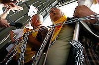 Lavoratori di Solidarnosc, bloccano il Parlamento polacco chiudendo tutte le uscite della Sejm, la camera bassa del parlamento, per protesta contro la riforma che innalza l'eta' pensionabile a 67 anni.<br /> Varsavia 11/5/2012 <br /> Foto Insidefoto / Krystian MAJ / Anatomica Press