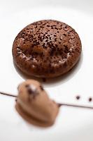 Europe/France/73/Savoie/Val d'Isère: Tarte chaude  au chocolat guanara,  sorbet chocolat - Recette d' Alexandre Fabris, restaurant : Le Grain de Sel à l'Hôtel: Le Savoie