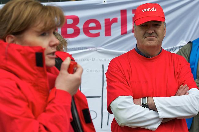 Mitarbeiter und Mitarbeiterinnen der Charite-Klinik traten am Montag den 2. Mai 2011 in einen unbefristetet Streik um die Arbeitgeber nach vier ergebnislosen Verhandlungsrunden mit der Charite zu einem Einlenken in den Lohnverhandlungen zu bringen. Beteiligt ist auch die Servicegesellschaft CFM (Charite Facility Management GmbH). In die Aktion sind auch Bereiche wie Notaufnahmen, Intensivstationen, OPs, Funktionsbereiche (Dialyse, Radiologie, Herzkatheter etc.) einbezogen. Die Notfallversorgung z. B. von Patienten, die lebensbedrohlich erkrankt sind, ist gesichert. Die Gewerkschaft ver.di fordert, dass die Entgelte der Besch‰ftigten um 300,00 Euro anzuheben sind und dass es deutliche Verbesserungen in den Bereichen Arbeitszeit, Arbeitsbefreiungen und Gesundheitsschutz geben muss. Die Einkommen der Charite-Beschaeftigten liegen ca.14 Prozent unter den Einkommen von Beschaeftigten in vergleichbaren Unikliniken und Krankenhaeusern in Berlin.<br /> Im Bild: Ein Streikender bhoert der ver.di-VerhandlugsleiterinBettina Weidemann zu.<br /> 2.5.2011, Berlin<br /> Foto: Christian-Ditsch.de<br /> [Inhaltsveraendernde Manipulation des Fotos nur nach ausdruecklicher Genehmigung des Fotografen. Vereinbarungen ueber Abtretung von Persoenlichkeitsrechten/Model Release der abgebildeten Person/Personen liegen nicht vor. NO MODEL RELEASE! Don't publish without copyright Christian-Ditsch.de, Veroeffentlichung nur mit Fotografennennung, sowie gegen Honorar, MwSt. und Beleg. Konto:, I N G - D i B a, IBAN DE58500105175400192269, BIC INGDDEFFXXX, Kontakt: post@christian-ditsch.de]
