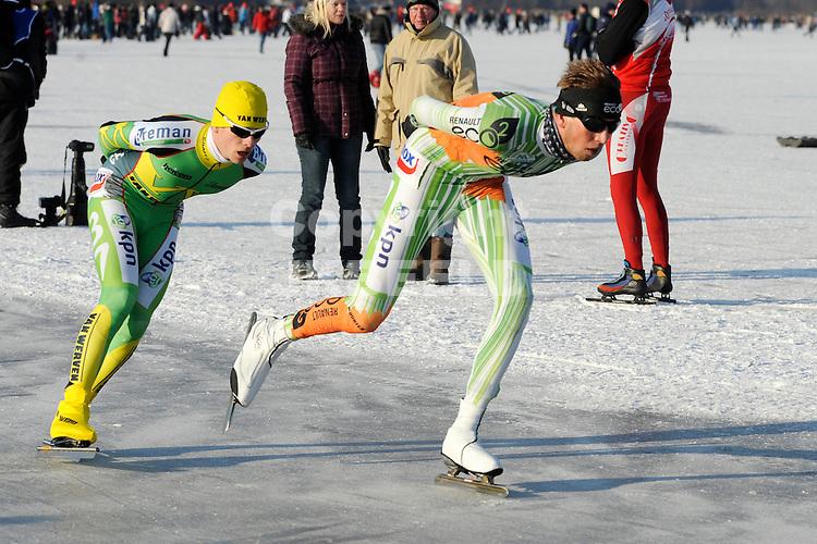 EMMEN - Schaatsen, NK Marathon natuurijs, Grote Rietplas Parc Sandur, 08-02-2012  Simon Schouten (r) en daarachter Geert Plender.