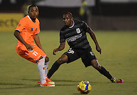 ENVIGADO -COLOMBIA-19-02-2014. Fabio Burbano (izq) de Envigado FC disputa el balón con Juan David Valencia der) de Atlético Nacional durante partido por la fecha 6 de la Liga Postobón I 2014 realizado en el Polideportivo Sur de la ciudad de Envigado./ Fabio Burbano (L) of Envigado FC fights for the ball with Juan David Valencia (R) of Atletico Nacional during match for the 6th date of the Postobon League I 2014 at Polideportivo Sur in Envigado city.  Photo: VizzorImage/Luis Ríos/STR
