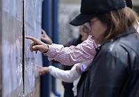 """BOGOTA - COLOMBIA, 26-08-2018: Colombianos asisten a las urnas hoy, 26 de agosto de 2018, para votar la Consulta Popular Anticorrupción """"#7vecesSi, la cual es una iniciativa liderada por la senadora colombiana Claudia López y tiene como finalidad frenar uno de los principales males de Colombia que es la Corrupción. /   Colombians came to the polls today, August 26, 2018, to vote the Anticorruption Populat Consult, #7vecesSi, wich is an iniciative leadership by congress woman Claudia Lopez and has a intention to fight against the one of the biggest problems in Colombia: the corruption. Photo: VizzorImage / Gabriel Aponte / Staff"""