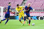 Ivan Rakitic of FC Barcelona (R) in action against Vicente Gomez of UD Las Palmas (L) during the La Liga 2017-18 match between FC Barcelona and Las Palmas at Camp Nou on 01 October 2017 in Barcelona, Spain. (Photo by Vicens Gimenez / Power Sport Images