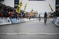Sven Nys (BEL/Crelan-AAdrinks) comes in 4th in the final Worlds of his incredible career (behind Kevin Pauwels). The crowd loudly cheers him across the finish line as an ultimate salute to this cx legend.<br /> <br /> Men's Elite Race<br /> <br /> UCI 2016 cyclocross World Championships,<br /> Zolder, Belgium