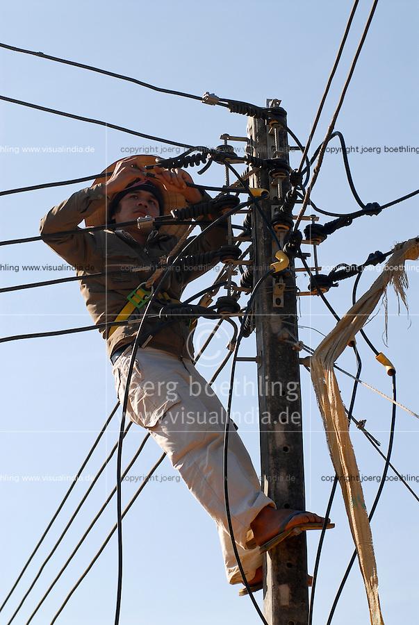 LAO PDR, province Phonsavan, lao german company Sunlabob install local electric grid and small minihydro power station in Hmong village Nam Kha / LAOS Provinz Phonsavan, deutsche laotische Firma Sunlabob installiert kleine Wasserkraftwerke  mit einem lokalen Stromnetz zur autarken Energieversorgung im Hmong Dorf Nam Kha
