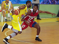BUCARAMANGA -COLOMBIA, 23-03-2013. Dollard Deshaun Búcaros Freskaleche disputa el balón con Jared Corpus de Águilas de Tunja en  partido de la décimaoctava fecha de la Liga DirecTV de baloncesto profesional colombiano disputado en la ciudad de Bucaramanga./ Dollard Deshaun of Bucaros Freskaleche fights for the ball with Jared Corpus of  Águilas de Tunja  in game of the eighteenth date of the DirecTV League of professional Basketball of Colombia at Bucaramanga city. Photos: VizzorImage/Jaime Moreno/STR