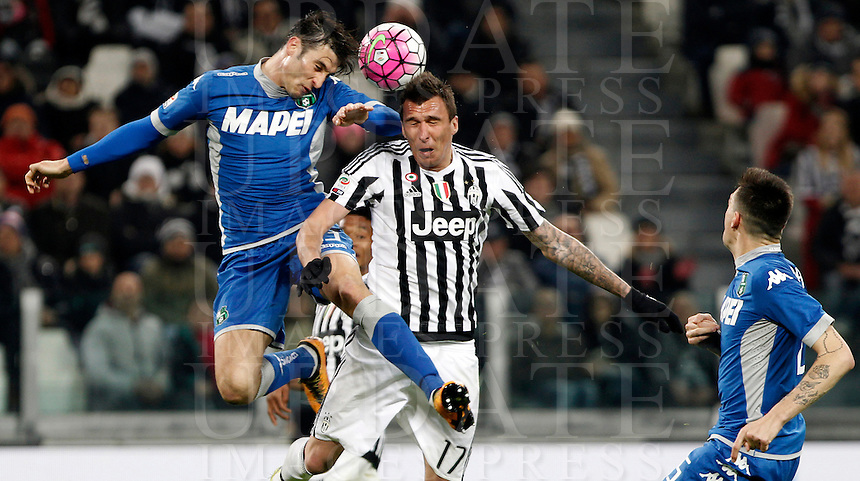 Calcio, Serie A: Juventus vs Sassuolo. Torino, Juventus Stadium, 11 marzo 2016. <br /> Sassuolo's Federico Peluso, letft, and Juventus' Mario Mandzukic jump for the ball during the Italian Serie A football match between Juventus vs Sassuolo, at Turin's Juventus Stadium, 11 March 2016.<br /> UPDATE IMAGES PRESS/Isabella Bonotto