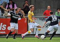 KVC Wingene - KSC Wielsbeke : Thomas Coopman aan de bal voor Jurgen Dewaele (links) en Aaron Bruning (rechts)<br /> foto VDB / Bart Vandenbroucke