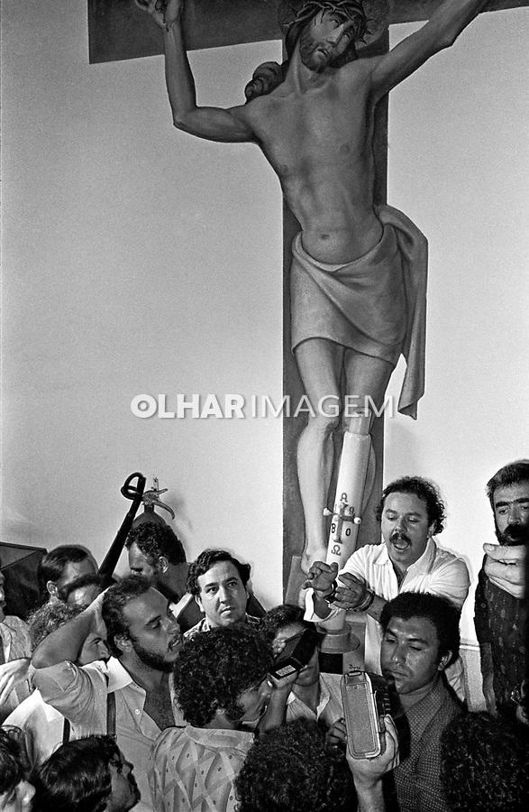 Prisão do lider metalurgico Osmarzinho dentro da Igreja Matriz de São Bernardo do Campo. São Paulo. 1980. Foto Edu Simões
