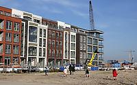 Nederland  Amsterdam  2020.  Nieuwbouw in de Houthaven. Familie bekijkt het huis in aanbouw.  Foto : ANP/ HH / Berlinda van Dam