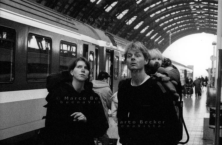 milano, stazione centrale. una giovane famiglia appena arrivata con il treno --- milan, central station. a young family just arrived by train
