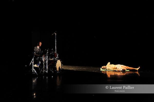 À FLUX TENDU<br /> <br /> <br /><br />Chorégraphie et mise en scène Collectif 4e Souffle<br /><br /> Avec Hakim Hachouche, Muriel Henry, Patrick Pires, <br />Jérémie Prod'homme <br /> <br />Lumières Pascal Aurouet<br /> <br />Avec le regard complice de Mylène Ibazatène, Sylvain Mazens, <br />John Degois, Joelle Iffrig et Sandrine Maisonneuve.<br /> <br />Conseiller costumes Eric Plazza Cochet<br /> <br />Cadre : Festival Suresnes Cités Danse 2016<br /> <br />Date : 15/01/2016<br /><br /> Lieu : Théâtre de Suresnes Jean Vilar<br /><br /> © Laurent Paillier / photosdedanse.com