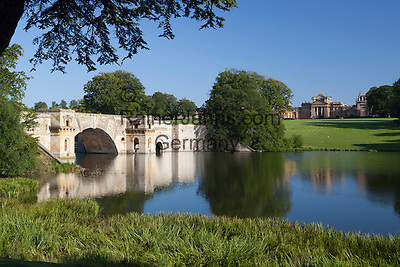 United Kingdom,  Oxfordshire, Woodstock: View over Lake and parkland to the Baroque architecture of Blenheim Palace, built between 1704 and 1722 by Vanbrugh and Hawksmoor   Grossbritannien, England, Oxfordshire, Woodstock: Park und See des Blenheim Palace, erbaut zwischen 1704 and 1722 von Vanbrugh und Hawksmoor