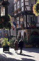 """Europe/France/Alsace/68/Haut-Rhin/Colmar : Rue des marchands et façade du restaurant """"Le Fer Rouge"""""""