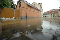 Andauernde Regenfälle haben den Flusspegel der Mulde bei Grimma erheblich steigen lassen - die Innenstadt von Grimma droht wie im Jahr 2002 überflutet zu werden - Anwohner brachten ihre Habseligkeiten in Sicherheit und das Zentrum wurde per Durchsage am Sonntagmittag 12:00 Uhr evakuiert - im Bild: die Lage im Zentrum. Foto: Norman Rembarz
