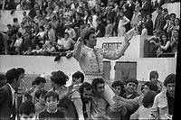 Corrida aux Arènes du Soleil d'Or (quartier des Arènes). 9 mai 1971. Scène de tauromachie. Tour d'honneur de Paquirri. Au premier plan deux hommes portent sur leurs épaules le matador Paquirri