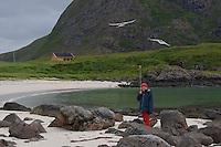 Küstenseeschwalbe, Küsten-Seeschwalbe, Küsten - Seeschwalbe, Kind, Mädchen wird von Seeschwalbe am Strand in der Nähe des Nestes angegriffen und schützt den Kopf mit einem Stock, Sterna paradisaea, Arctic Tern, Sterne arctique