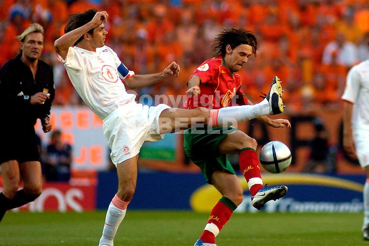 Portugal - Nederland halve finale Europees kampioenschap 2004 Portugal seizoen 2003-2004 30-06-2004  Cocu in duel met Maniche