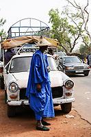 MALI, Mopti, market day, Fulani or Peulh man with traditional hat Tengaade / Mali, Mopti, Markttag, Fulbe oder Fulani Mann mit Hut