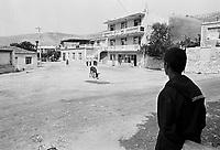 - Villaggio albanese, Queparo (Ceparò, agosto 1993); la piazza<br /> <br /> -  Albanian  Village, Queparo (Ceparò, August 1993); the square