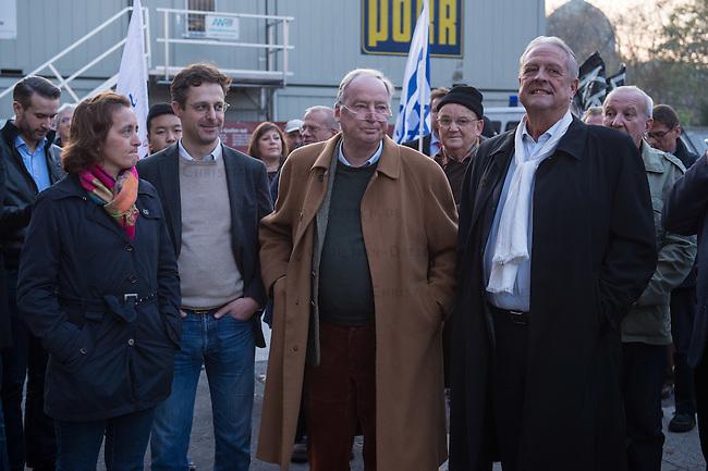 """AfD protestiert in Berlin gegen die Fluechtlingspolitik der Bundesregierung.<br /> Am Samstag den 31. Oktober 2015 versammelten sich ca. 250 Anhaenger der Rechts-Partei Alternative fuer Deutschland (AfD) zu einer Kundgebung gegen die Fluechtlings- und Asylpolitik der Bundesregierung. Dabei wurde die Bundeskanzlerin Angela Merkel mehrfach scharf angegriffen. Die Berichterstattung ueber Fluechtlinge in den Medien wurde mit lautstarken Rufen """"Luegenpresse"""" beschimpft.<br /> Der brandenburgische Landesvorsitzende Gauland forderte eine Fluechtlingspolitik wie in Japan, wo angeblich nur 20 Fluechtlinge pro Jahr aufgenommen werden.<br /> Etwa 350 Menschen protestierten gegen die Veranstaltung der Rechten und blockierten kurzzeitig deren Marschroute. Die Polizei ordnete daraufhin eine verkuerzte Route an und raeumte dafuer der AfD den Weg frei.<br /> Im Bild vlnr.: Beatrix Amelie Ehrengard Eilika von Storch, geborene Herzogin von Oldenburg, stellvertretende AfD-Vorsitzende; Marcus Pretzell, AfD-Landesvorsitzender Nordrhein-Westfalen; Alexander Gauland, AfD-Landesvorsitzender Brandenburg; Guenter B. J. Brinker, AfD-Landesvorsitzender Berlin.<br /> 31.10.2015, Berlin<br /> Copyright: Christian-Ditsch.de<br /> [Inhaltsveraendernde Manipulation des Fotos nur nach ausdruecklicher Genehmigung des Fotografen. Vereinbarungen ueber Abtretung von Persoenlichkeitsrechten/Model Release der abgebildeten Person/Personen liegen nicht vor. NO MODEL RELEASE! Nur fuer Redaktionelle Zwecke. Don't publish without copyright Christian-Ditsch.de, Veroeffentlichung nur mit Fotografennennung, sowie gegen Honorar, MwSt. und Beleg. Konto: I N G - D i B a, IBAN DE58500105175400192269, BIC INGDDEFFXXX, Kontakt: post@christian-ditsch.de<br /> Bei der Bearbeitung der Dateiinformationen darf die Urheberkennzeichnung in den EXIF- und  IPTC-Daten nicht entfernt werden, diese sind in digitalen Medien nach §95c UrhG rechtlich geschuetzt. Der Urhebervermerk wird gemaess §13 UrhG verlangt.]"""
