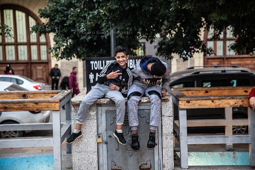 Oran, due ragazzi seduti