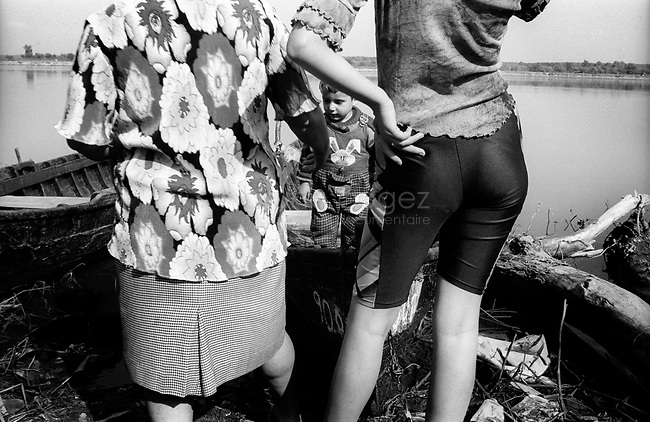 ROMANIA, Bank of the Danube, May 2001..A fisherman's family on the bank of the Danube..ROUMANIE, Sur les rives du Danube, Mai 2001..Une famille de pecheur sur les rives du Danube..© Bruno Cogez