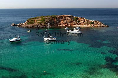 Spain, Mallorca, Portals Nous: popular mooring near Portals Nous | Spanien, Mallorca, Portals Nous: beliebter Ankerplatz fuer Boote und Yachten bei Portals Nous