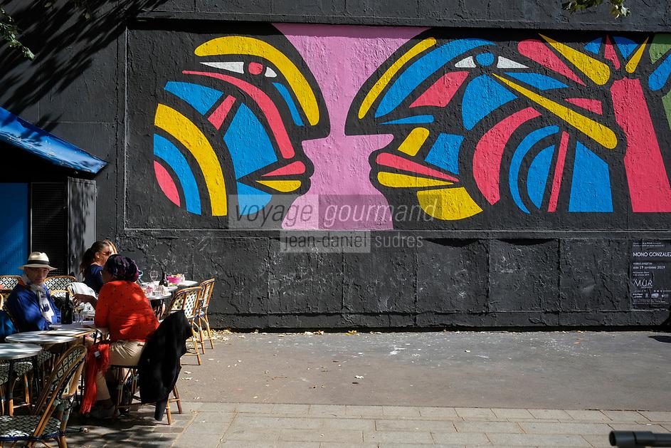 Europe/ Ile de France / Paris /75011 : Performance d'art urbain de l'artiste Mono Gonzalez sur Le mur d'Oberkampf, ce pari fou devenu une institution du street art parisien  sur l'immeuble de l'historique Café Charbon, L'association le M.U.R. (modulable, urbain, réactif)  //  Europe / Ile de France / Paris / 75011: Urban art performance by artist Mono Gonzalez on Le mur d'Oberkampf, this crazy bet that has become a Parisian street art institution on the building of the historic Café Charbon, L 'association le MUR (modular, urban, responsive)