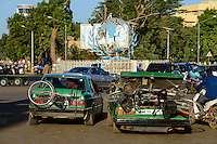 BURKINA FASO, capital Ouagadougou, traffic, roundabout with the globe the symbol of UN, mercedes Benz cab / Kreisverkehr mit dem Globus, dem Symbol der UN