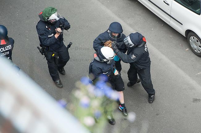"""Polizei sperrt Teil von Kreuzberg wegen Protest gegen die Raeumung der Gerhard-Hauptmann-Schule in der Ohlauer Strasse.<br /> Am 24. Juni 2014 hat der Gruene Bezirksstadtrat von Berlin-Kreuzberg, Hans Panhoff die Raeumung der """"Fluechtlingsschule"""" angeordnet. Zu dieser offiziell als """"Umzug geschoenten Raeumung war die Polizei mit gezogenen Maschinenpistolen angerueckt, hatte jedoch noch keinen Auftrag zur Raeumung. Etliche Fluechtlinge verbarrikadierten sich in dem Schulgebaeude und fluechteten auf das Dach.<br /> Die Polizei hat seit dem 24. Juni mit ueber 1.000 Beamten saemtliche Strassen um die Schule abgeriegelt. Anwohner duerfen nur nach Personalienfeststellung in ihre Wohnungen, Geschaefte und Gewerbe koennen keine Kundschaft mehr empfangen. Anwohner die gegen das Vorgehen der Polizei protestieren werden von Beamten drangsaliert, geschlagen und verletzt. Mehrere Personen, darunter auch Kinder mussten zum Teil mit Kieferbruch ins Krankenhaus. Die Personalien der Pressevertreter werden ohne Angabe von Gruenden erfasst, Dienstnummern werden verweigert.<br /> Am 1. Juli 2014 hat Baustadtrat Panhoff die polizeiliche Raeumung des Schulgebaeudes beantragt. Einige der Fluechtlinge haben angekuendigt, im Fall der Raeumung vom Dach zu springen. """"Wir haben nichts mehr zu verlieren!"""" sagen sie.<br /> Im Bild: Die Polizei nimmt mit Schmerzgriffen einen Mann fest. Im werden die Augen zugehalten und die Haende verdreht. Mehrfach wurden so schon Handgelenke gebrochen.<br /> 2.7.2014, Berlin<br /> Copyright: Christian-Ditsch.de<br /> [Inhaltsveraendernde Manipulation des Fotos nur nach ausdruecklicher Genehmigung des Fotografen. Vereinbarungen ueber Abtretung von Persoenlichkeitsrechten/Model Release der abgebildeten Person/Personen liegen nicht vor. NO MODEL RELEASE! Don't publish without copyright Christian-Ditsch.de, Veroeffentlichung nur mit Fotografennennung, sowie gegen Honorar, MwSt. und Beleg. Konto: I N G - D i B a, IBAN DE58500105175400192269, BIC INGDDEFFXXX, Kontakt"""