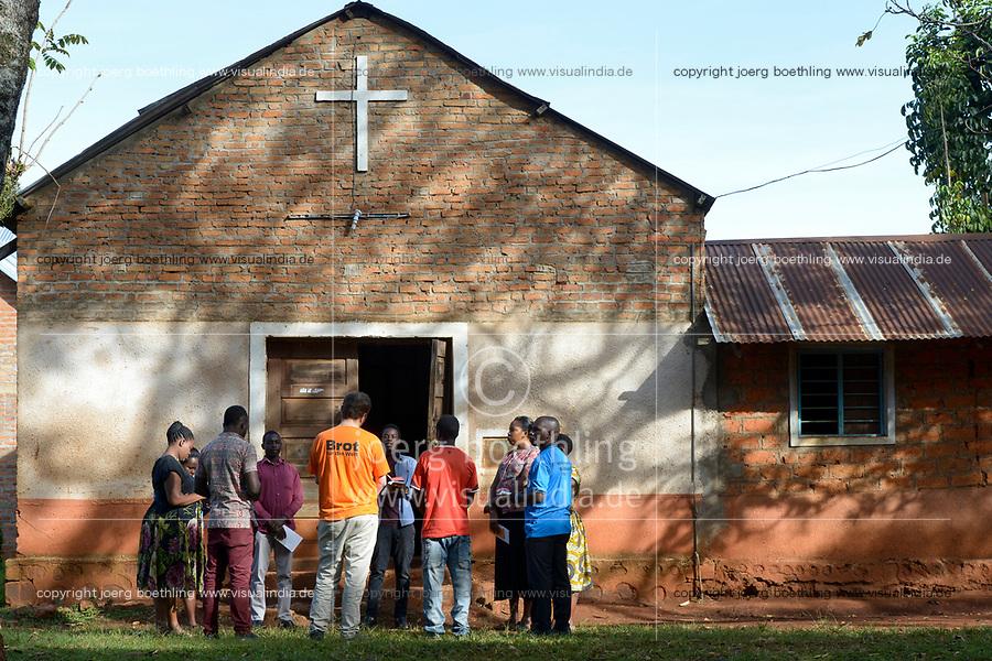 TANSANIA, Tarime Distrikt, Dorf Mogabiri, NGO MFEC - Mogabiri Farm Extension Centre, Gebet und Andacht vor anglikanischer Kirche mit BfdW Mitarbeiter