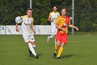 Eendracht Wervik - SC Wielsbeke :<br /> Jeroen Vlieghe (R) en Jarne Wullaert (L) volgen het traject van de bal <br /> <br /> Foto VDB / Bart Vandenbroucke