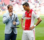 Nederland, Amsterdam, 10 mei 2015<br /> Eredivisie<br /> Seizoen 2014-2015<br /> Ajax-SC Cambuur<br /> Anwar El Ghazi wordt door Frank de Boer, trainer-coach van Ajax uitgeroepen tot het Talent van het Jaar.