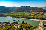 Oesterreich, Niederoesterreich, Kulturlandschaft Wachau - UNESCO Weltkultur- und Naturerbe, Duernstein: Blick von der Ruine Duernstein auf den Weinort Duernstein mit dem blau-weissen Turm der Stiftskirche, weiter nach Rossatzbach am rechten Donauufer | Austria, Lower Austria, Wachau Cultural Landscape - UNESCO World's Cultural and Natural Heritage, Duernstein: view from ruin Duernstein towards wine town Duernstein with the blue-white tower of the Collegiate church across river Danube towards wine village Rossatzbach