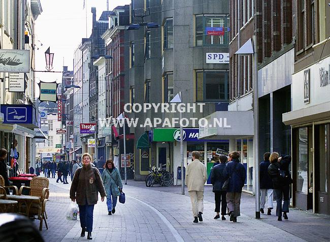 Arnhem , 180400  Foto : Koos Groenewold / APA foto<br />De Rijnstraat ter hoogte waar de kelders zijn gevonden. Aan de rechterkant is het pand te zien waar de foto`s van de kelders te zien zijn . De `ingerichte kelder` zit in het pand aan de andere kant van de straat.