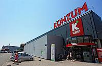 KROATIEN, 06.2013, Rijeka. © Petar Kurschner/EST&OST<br /> Kroatische Supermarktkette Konzum. | Croatian supermarket chain Konzum.