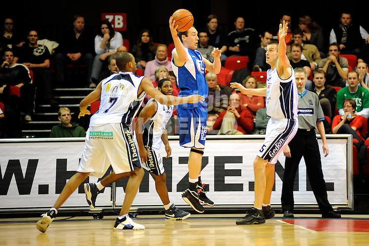 basketbal capitals - leiden seizoen 2007-2008 29-01-2008.archbold verdedigt met enlicky.fotograaf Jan Kanning