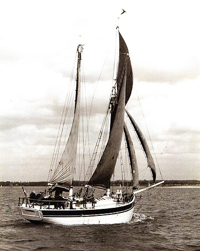 Saoirse sailing in Eric Ruck's ownership, with the formerly loose-footed mainsail now fitted with a boom