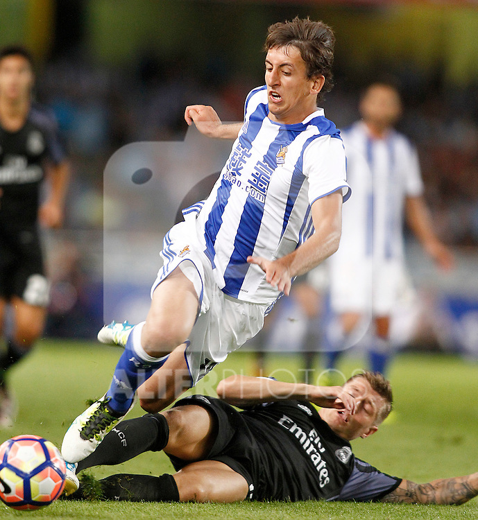 Real Sociedad's Mikel Oyarzabal (l) and Real Madrid's Toni Kroos during La Liga match. August 21,2016. (ALTERPHOTOS/Acero)